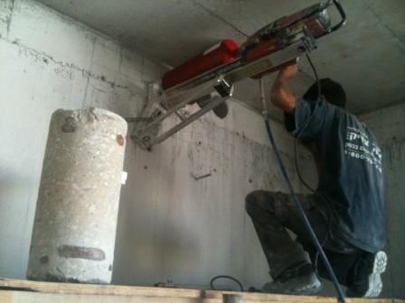 ביצוע קידוח יהלום בגובה תוך קיבוע ונעילה לקיר