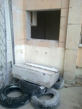 פתיחת חלון הכוללת הפלת הבטון בנחיתה רכה על צמיגים