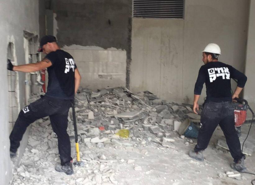הריסת מבנה: קידוחי קונגו שבירת קירות על ידי קורנסים - צוות אחים צדיק