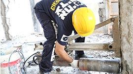 קדיוח קיר בטון במסגרת עבודות הריסה של דירה